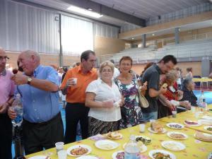 Vecinos disfrutando del vermut popular que se sirvió el día de San Roque en el Pabellón Municipal.